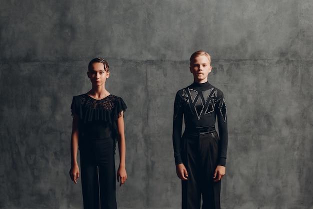 社交ダンス。若いカップルの社交ダンサーの肖像画は、踊る準備をします。