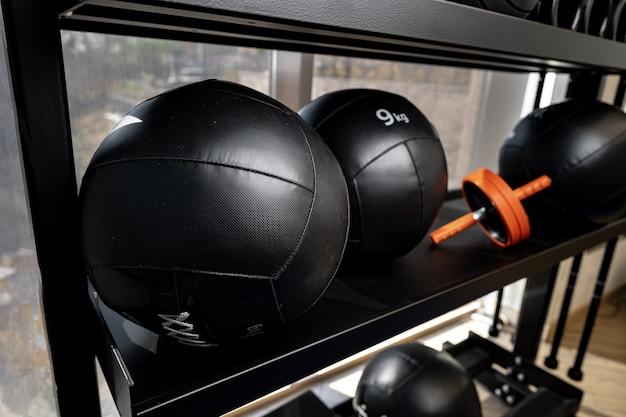 체육관에서 공과 폼 롤러 스포츠 장비