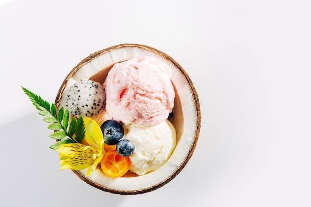 코코넛의 반에 아이스크림 장식 꽃의 공. 여름 열 대 개념입니다.