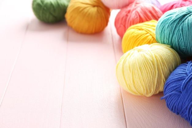 색상 배경에 뜨개질 원사의 공