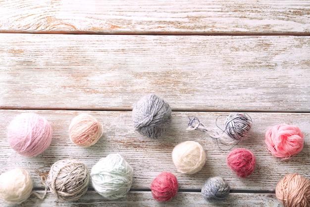 나무 배경, 평면도에 뜨개질 원사의 공