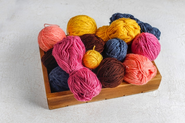 編み針でさまざまな色の毛糸のボール。