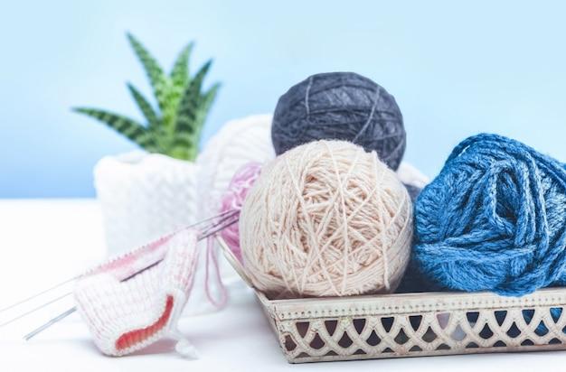 Le palle di lana su fondo di legno bianco
