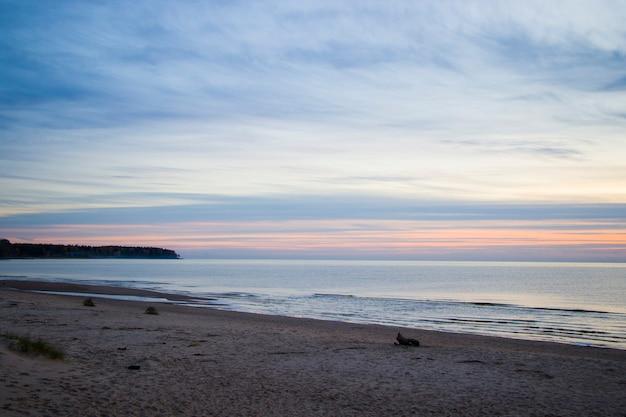 エストニアの日没時のバルト海とパルヌビーチ。砂と海岸。