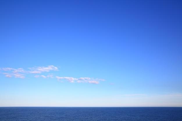 Балтийское море - красивый морской пейзаж с морским горизонтом и почти чистым синим небом. состав copyspace