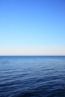 Балтийское море - красивый морской пейзаж с морским горизонтом и чистым голубым небом