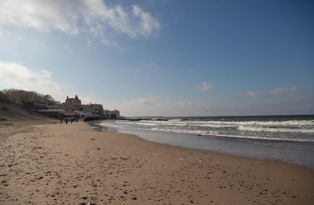 Побережье балтийского моря в городе зеленоградск в солнечный день осенью