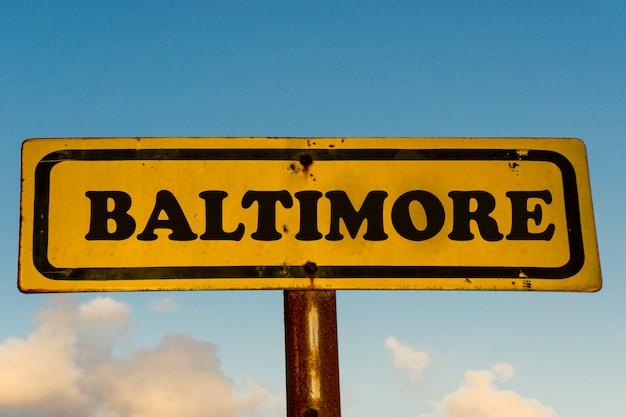青い空とボルチモア市古い黄色の看板