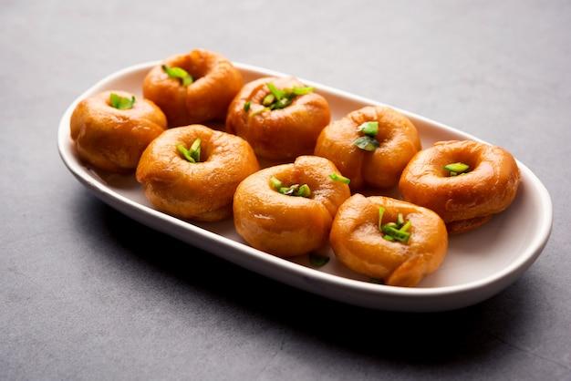 Блюдо балушахи или бадушах или муглай - это традиционный индийский мягкий и слоеный десерт или сладкая еда, также популярная в пакистане и бангладеш.