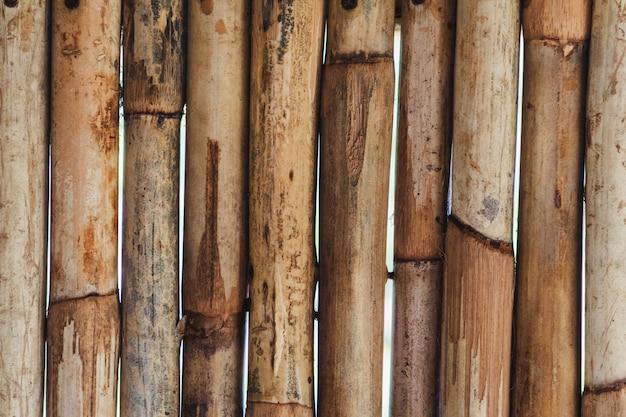 竹の背景。木製の竹の壁。閉じる