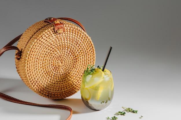 대나무 가방과 레모네이드. 여름 휴가 개념입니다.