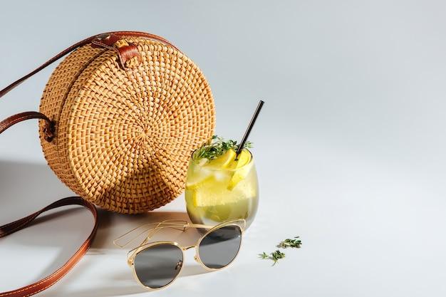 선글라스와 레모네이드가 있는 대나무 가방. 여름 휴가 개념입니다.