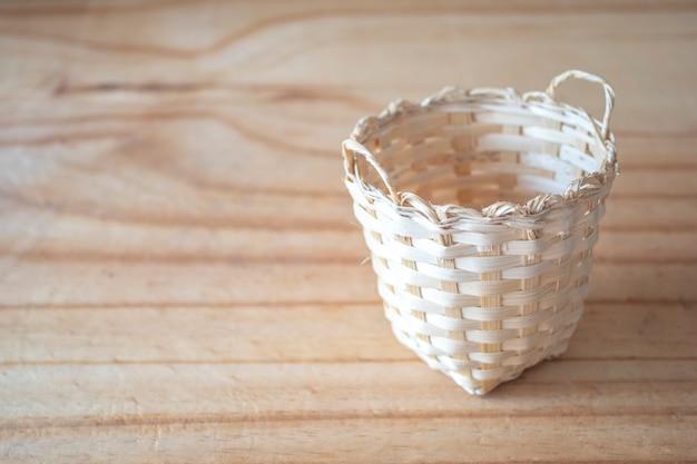 木製のテクスチャの竹のバスケット