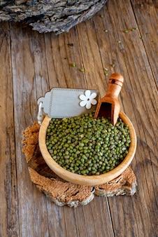 나무 테이블에 녹색 팥으로 대나무 그릇