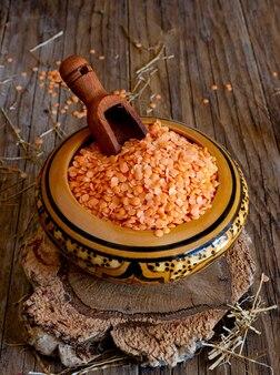 木製のテーブルに赤レンズ豆と竹のボウル