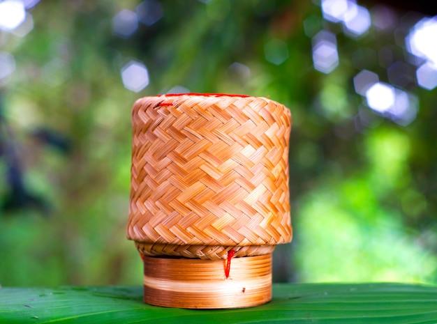 竹箱のカゴは、配置されています。竹のぬいぐるみ米(kratib米)。
