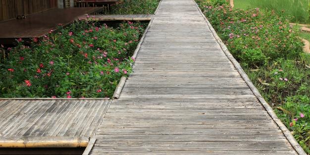 庭に花が咲く竹橋