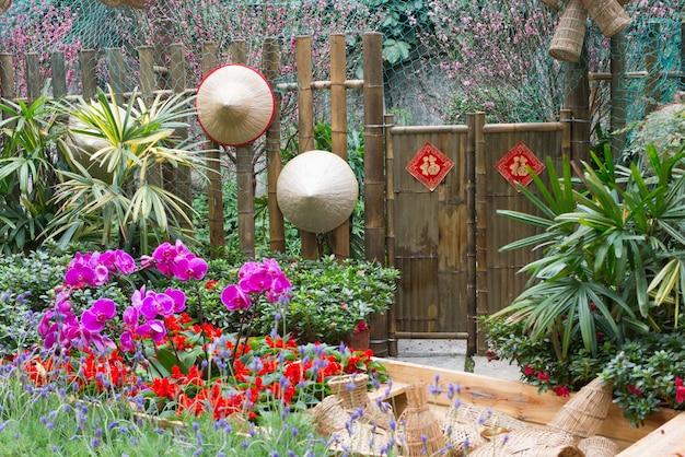 중국 정원에서 대나무 문과 모자