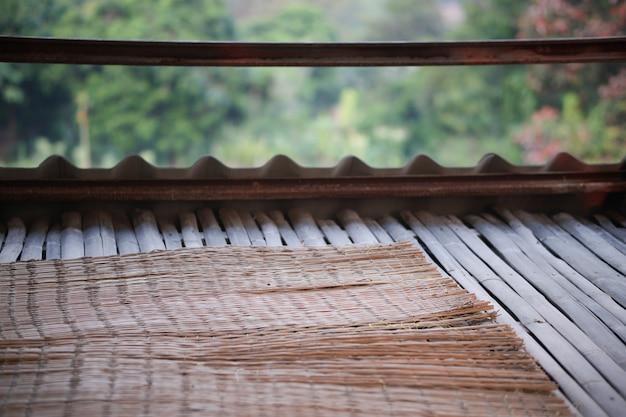自然を背景にしたテラスバルコニーの竹の床とマット