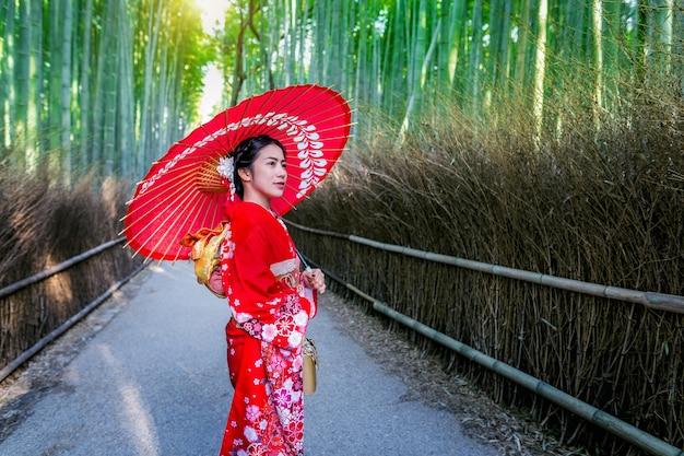 竹林。日本の京都の竹林で日本の伝統的な着物を着ているアジアの女性。
