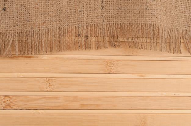 Бамбуковый коврик и мешковина