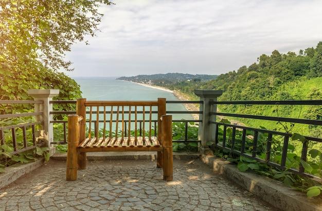 海を望むテラスに竹の屋外ベンチ