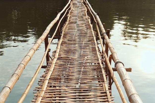 ラオスの日中の日光の下でナムカーン川の竹の桟橋