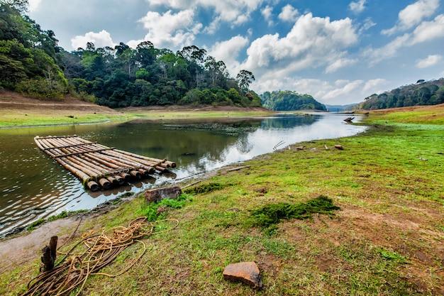 Periayar wildlife sanctuary、ペリヤー、ケララ州、インドの竹のいかだ