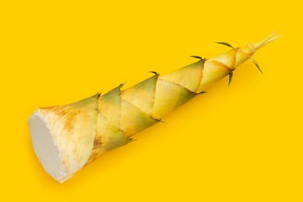 黄色の背景にタケノコ。