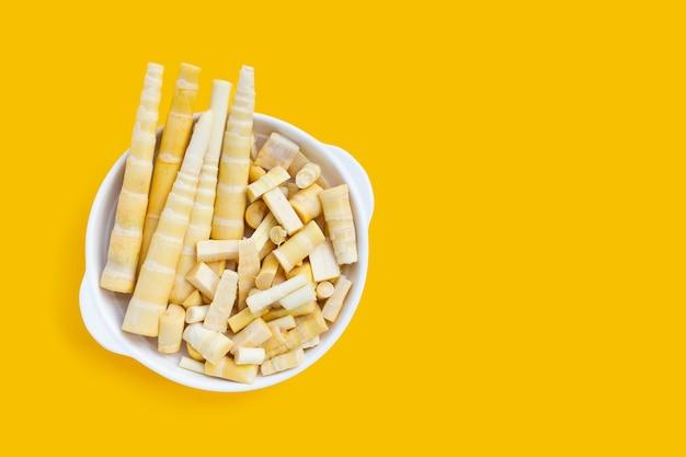 タケノコは黄色の背景に白いプレートで撮影します。