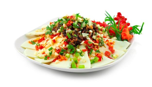 Побеги бамбука с соусом сычуань карри стиль китайской еды украшение из специй резной перец чили и овощи, вид сбоку
