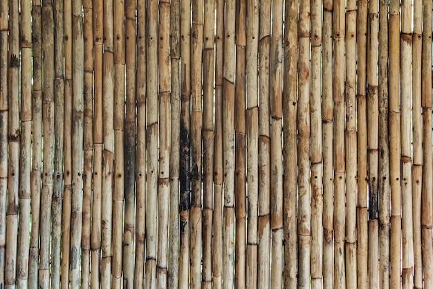 自然な模様の竹の質感。背景にニスを塗った竹の木の垂直幹。木製の竹の壁