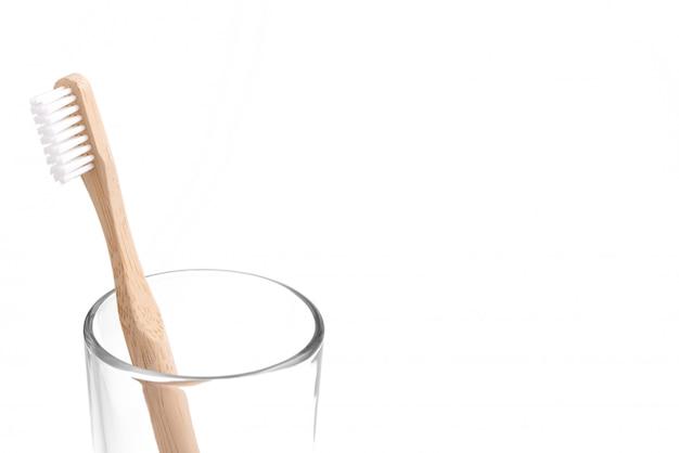 Бамбуковая зубная щетка в стакане