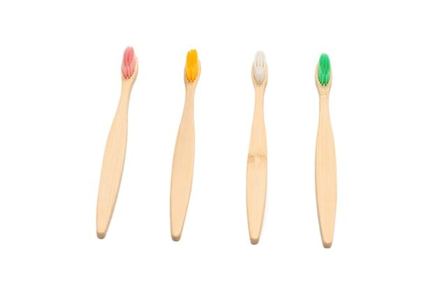 白い表面に分離された竹の歯ブラシ。上面図。