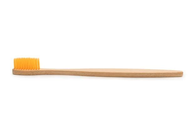 白い表面に分離された竹歯ブラシ