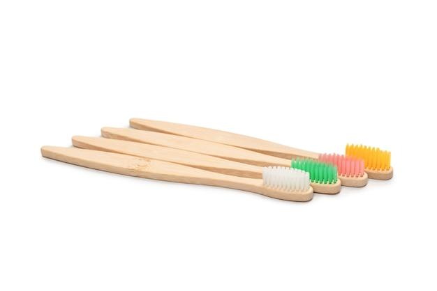 白で隔離される竹歯ブラシ。