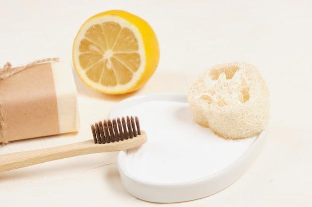 밝은 배경에 대나무 칫솔, 소다, 레몬, 루파, 수제 비누. 에코 청소 및 바디 케어 개념 평면도 평면도