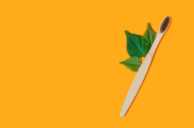 オレンジ色の葉と竹の歯ブラシ
