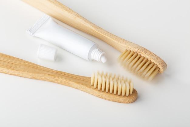Бамбуковая зубная щетка с зубной пастой, крупным планом