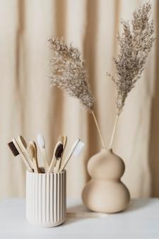 Бамбуковые зубные щетки в чашке