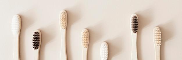 Бамбуковые зубные щетки на бежевом фоне