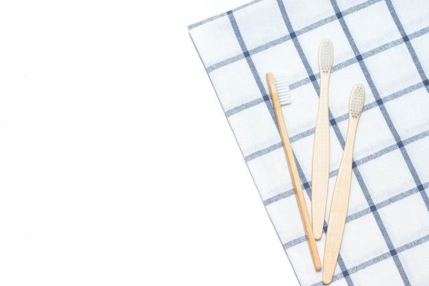 タオルの上に竹の歯ブラシ