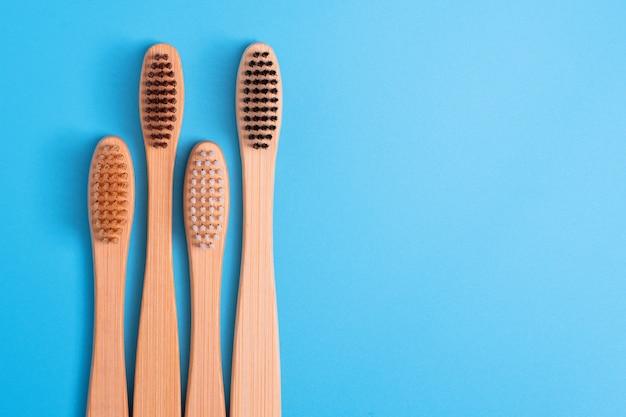 青の背景に竹の歯ブラシ。環境に優しい毎日の口腔衛生、歯のケアと健康。口内洗浄剤です。歯科医療のコンセプトです。