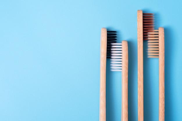 青の背景に竹の歯ブラシ。環境に優しい毎日の口腔衛生、歯のケアと健康