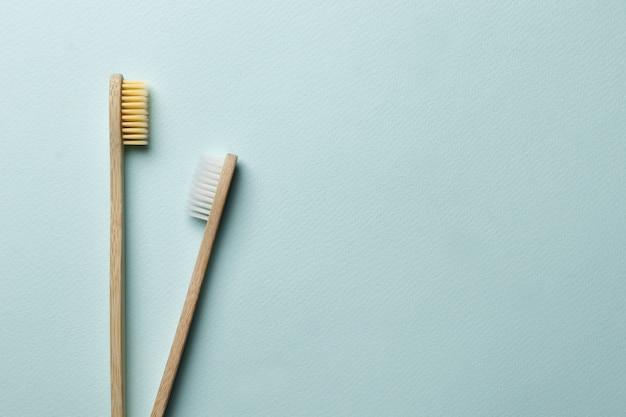 Бамбуковые зубные щетки на синем фоне