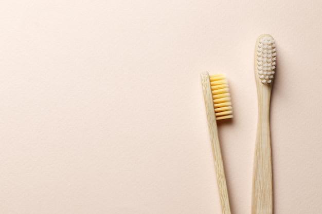 Бамбуковые зубные щетки на розовом фоне