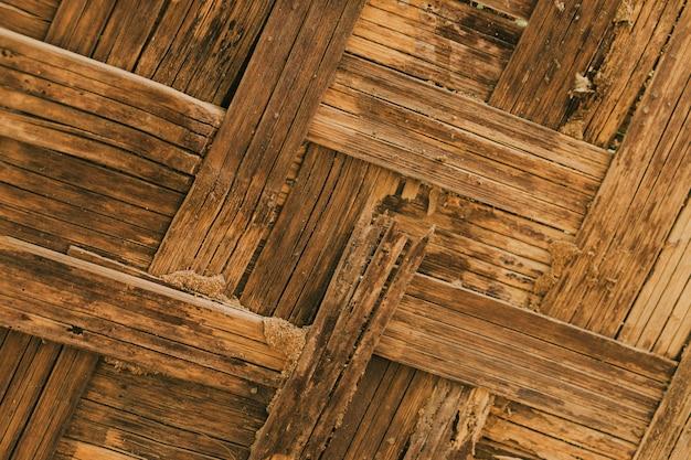 シロアリの被害を受けた竹の壁の建設