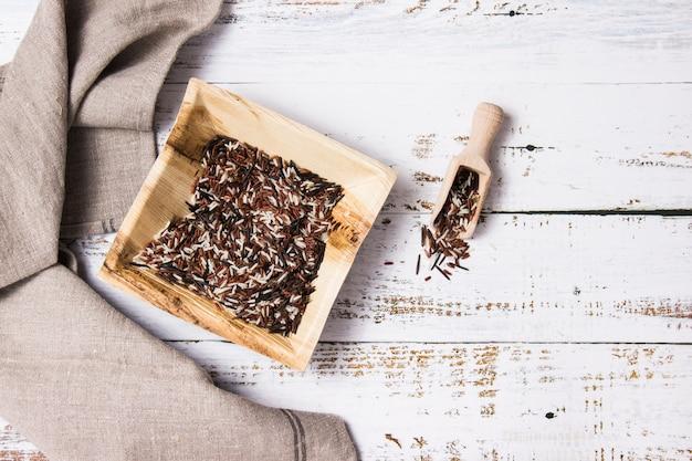 ワイルドライスと茶色の布の入った四角いbamboo