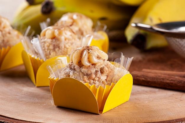 바나나와 계피 미식가 brigadeiro. 전형적인 브라질 과자.