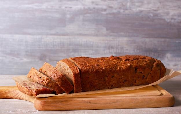 Банановый и финиковый цельнозерновой хлеб на борту, нарезанный